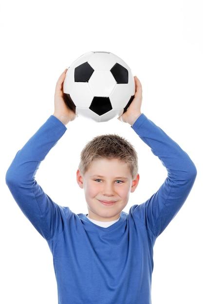 Leuke jongen die een voetbalbal houdt Gratis Foto