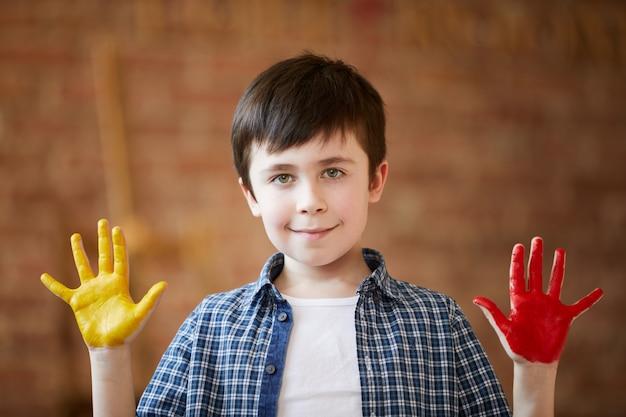 Leuke jongen vingerverven Premium Foto