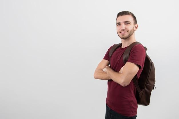 Leuke kerel die zich zijdelings met exemplaarruimte bevindt Gratis Foto