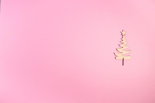 Leuke kerstboom is gemaakt van hout Premium Foto