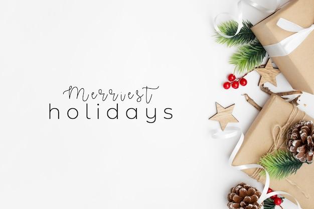 Leuke kerstpakketten op witte tafel Gratis Foto