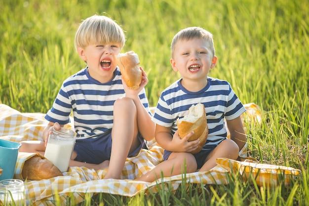Leuke kinderen consumptiemelk en brood eten Premium Foto