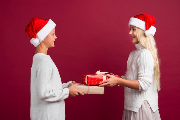 Leuke kinderen die kerstmisgiften houden Gratis Foto