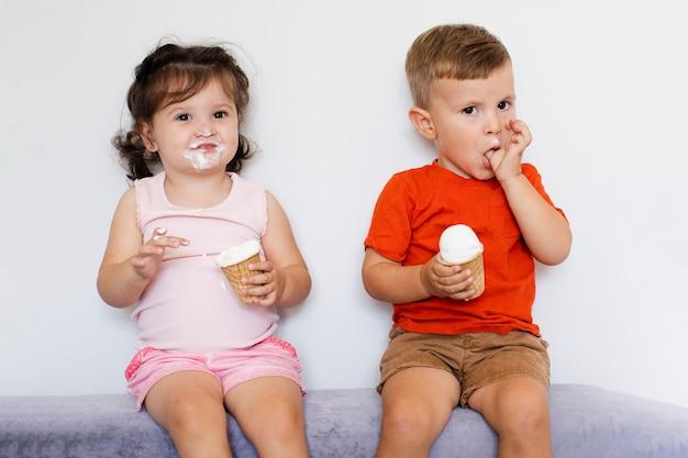 Leuke kinderen eten van ijs Gratis Foto