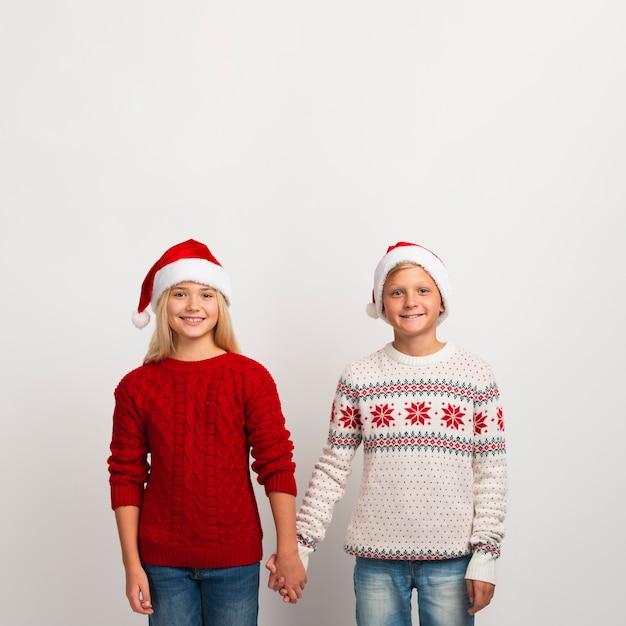 Leuke kinderen hand in hand kopiëren ruimte Gratis Foto
