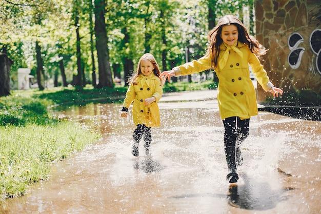 Leuke kinderen plaiyng op een regenachtige dag Gratis Foto