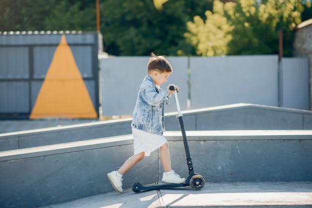 Leuke kleine kinderen die in een de zomerpark spelen Gratis Foto