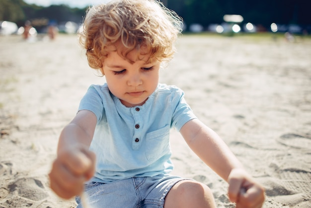 Leuke kleine kinderen die op een zand spelen Gratis Foto