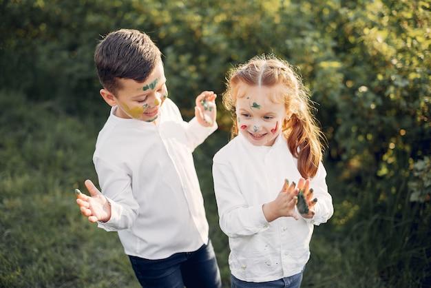 Leuke kleine kinderen op een gebied van de lente Gratis Foto