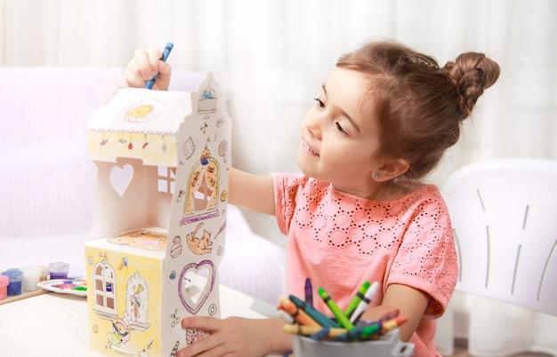 Leuke meisjetekening met potloden thuis Gratis Foto