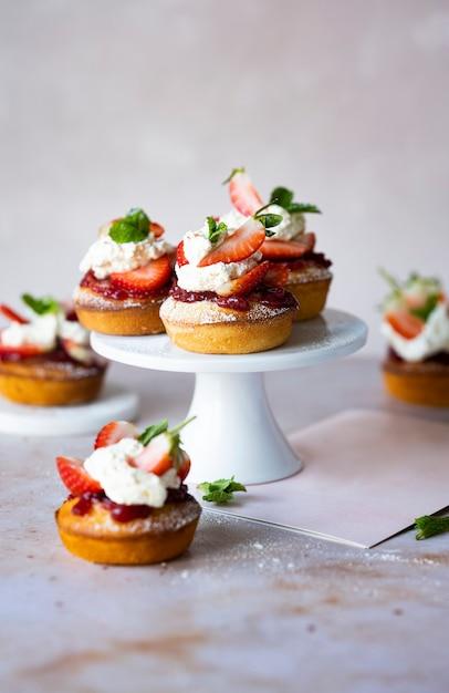 Leuke mini aardbeien shortcake op een standaard Gratis Foto