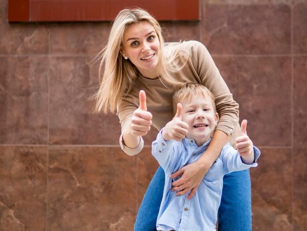 Leuke moeder en zoon die samen stellen Gratis Foto