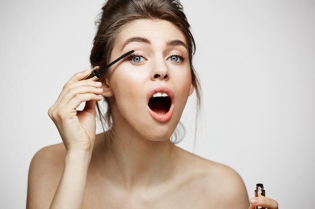 Leuke mooie vrouw kleurstof wimpers met geopende mond. schoonheid gezondheid en cosmetologie concept. Gratis Foto