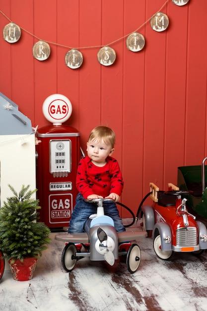 Leuke peuter speelt met speelgoedauto's Premium Foto