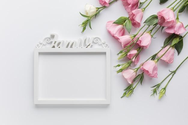 Leuke regeling met rozen en vintage frame Gratis Foto