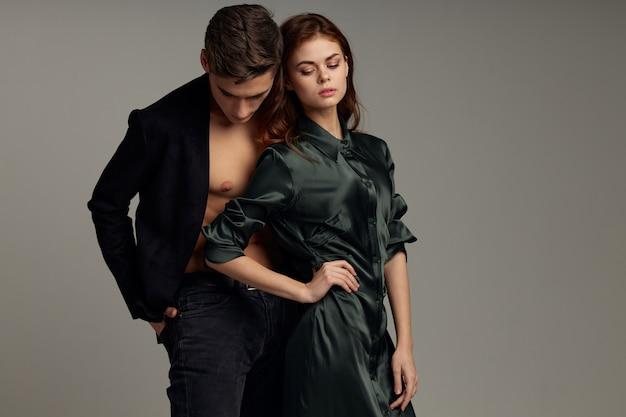 Leuke studio-levensstijl voor mannen en vrouwen omarmen passiemode Premium Foto