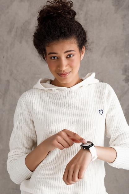 Leuke tienervrouw die op horloge richt, schiet op, geen tijd Gratis Foto