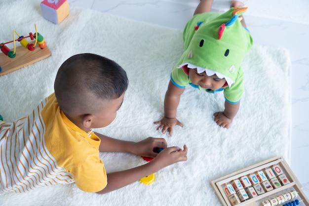 Leuke twee broer spelen in de kamer Premium Foto