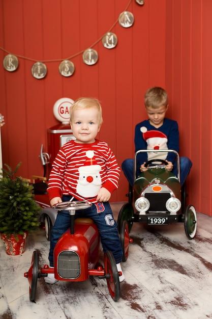 Leuke twee kleine broertjes spelen met speelgoedauto's. gelukkige jeugd. Premium Foto