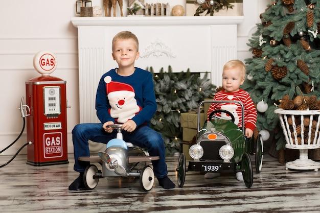 Leuke twee kleine broertjes spelen met speelgoedauto's. Premium Foto