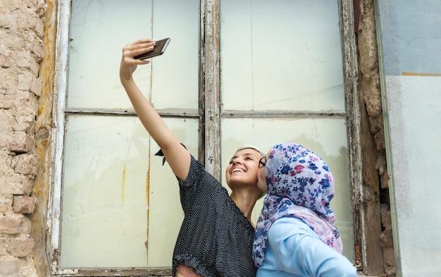 Leuke vrienden die een selfie nemen Gratis Foto