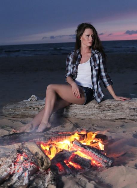 Leuke vrouw op het strand Gratis Foto