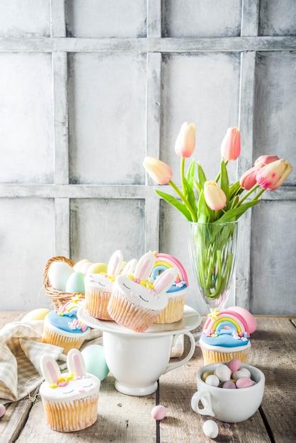 Leuke zelfgemaakte pasen cupcakes Premium Foto