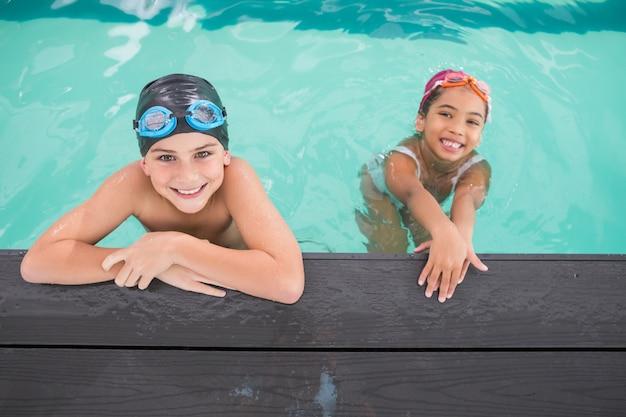 Leuke zwemles in het zwembad Premium Foto