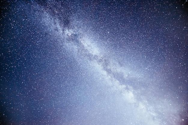 Levendige nachtelijke hemel met sterren en nevel en melkweg. Gratis Foto