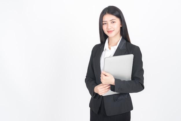 Levensstijl bedrijfsmensen die laptop computer op bureau houden Gratis Foto