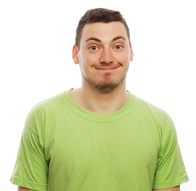 Levensstijl en mensen concept: gelukkige jonge man in groen t-shirt. geïsoleerd op wit. Premium Foto