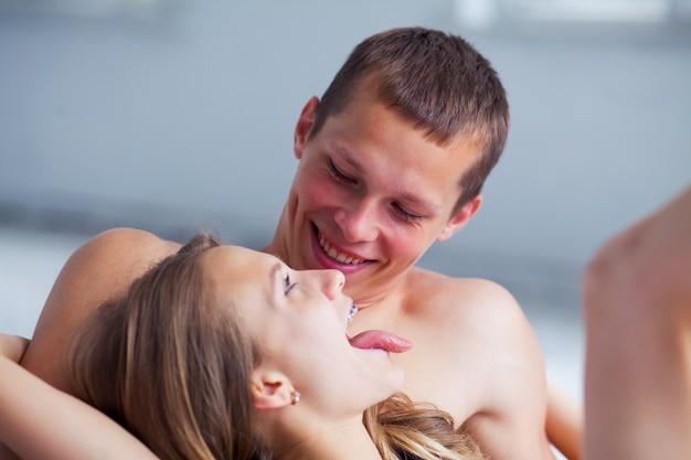 Levensstijl. mooi paar in bed Gratis Foto