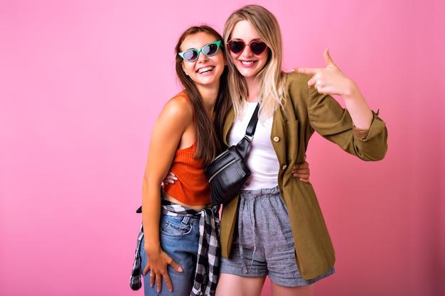 Levensstijl vrolijk portret of twee stijlvolle vrouw samen poseren Gratis Foto