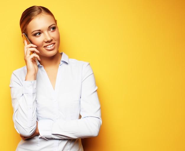 Levensstijl, zaken en mensenconcept: glimlachende bedrijfsvrouw Premium Foto