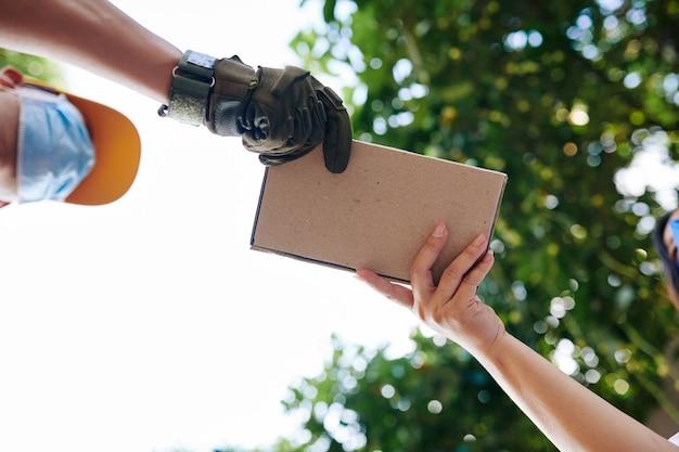 Levering in kleine doos Premium Foto