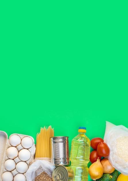 Levering van eten aan huis. donatie en liefdadigheid. Premium Foto
