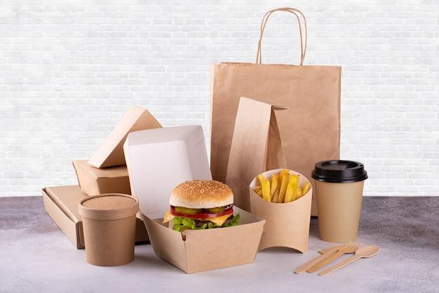Levering van voedsel in karton Premium Foto