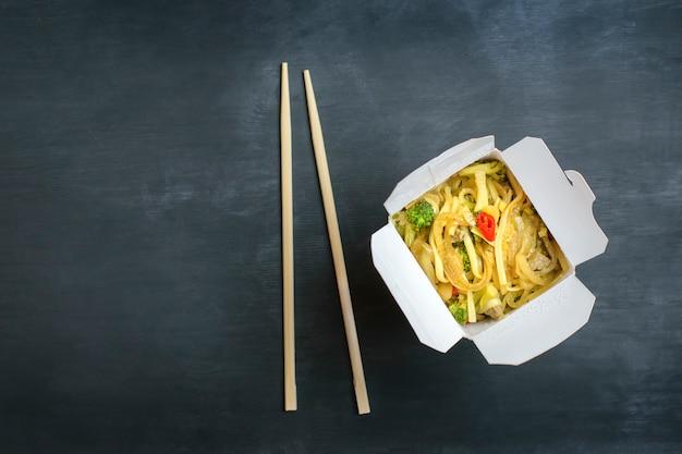 Levering van warme gerechten in speciale dozen. Premium Foto