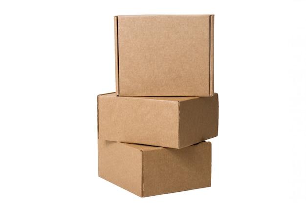 Levering. zelfverzamelende kartonnen dozen op wit wordt geïsoleerd. Premium Foto