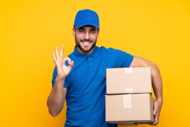 Leveringsmens over geïsoleerde gele muur Premium Foto
