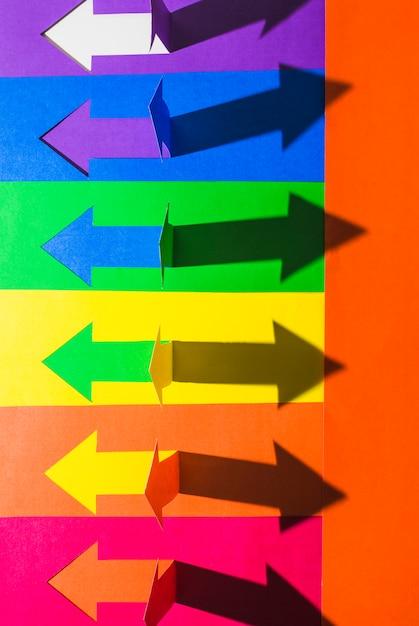 Lgbt-kleuren en papieren pijlen Gratis Foto