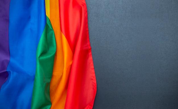 Lgbt-regenboogvlag op bord, zwart bord met copyspace, homovlag als achtergrond, conceptbeeld Premium Foto