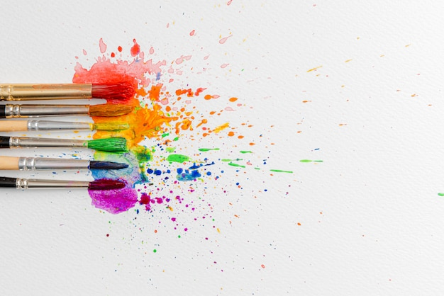 Lgbtq concept van kleuren gemaakt met behulp van aquarelverf en penselen van azaleabloemen op een vel papier voor aquarel Premium Foto