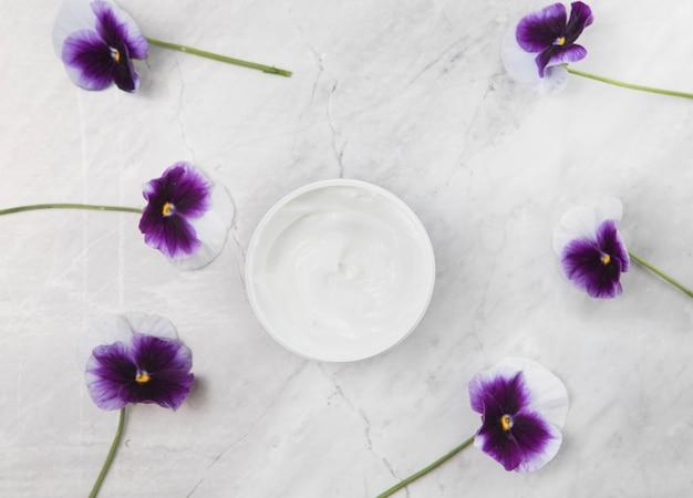 Lichaamscrème regeling op marmeren achtergrond Gratis Foto
