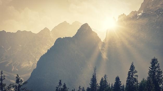 Licht door bergen Gratis Foto