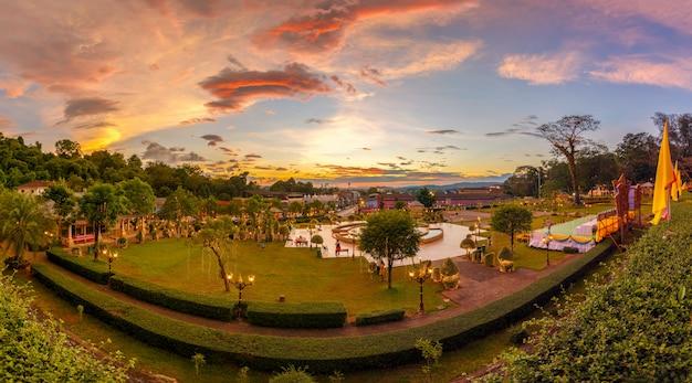 Licht in het park van ranong stad in zonsondergangtijd, thailand Premium Foto