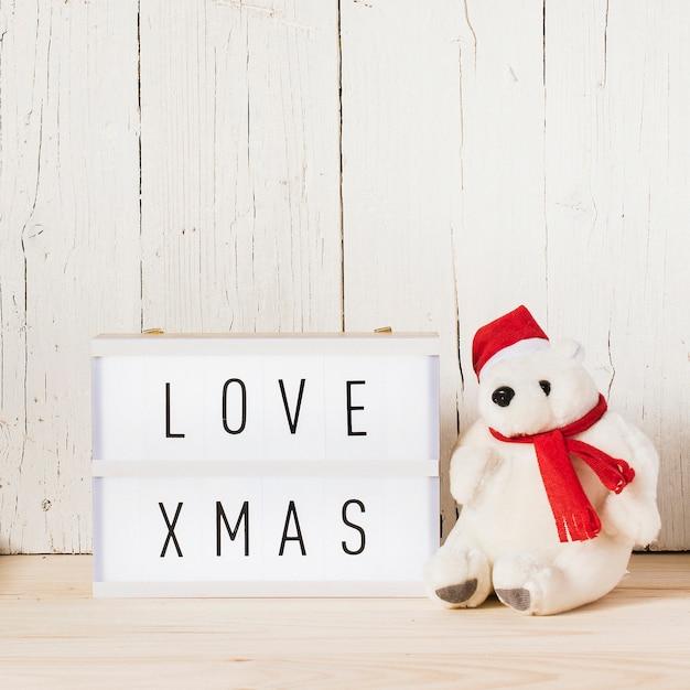 Lichtbak met kerstboodschap en ijsbeer Gratis Foto