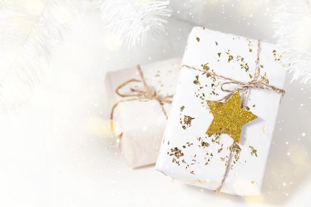Lichte achtergrond met kerstcadeautjes Premium Foto