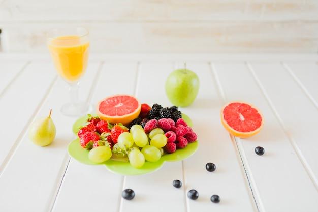 Lichte en gezonde maaltijd met fruit foto gratis download