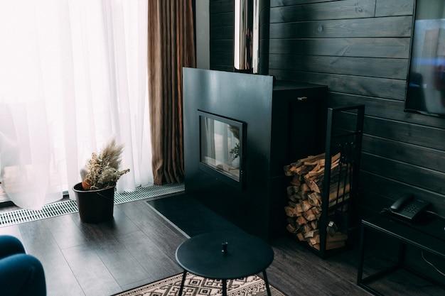 Lichte en ruime luxe woonkamer met open haard, grote bank, kleine tafel en patroonbehang. loft en rustieke stijl Premium Foto